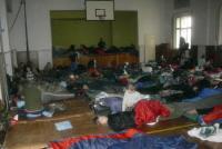 Ranní probuzení v tělocvičně v Měcholupech.